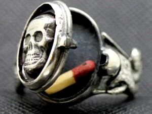 BLACK SKULL TOTENKOPF POISON RING